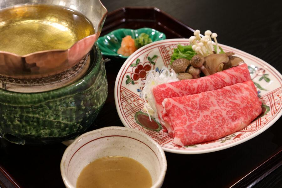 特別門前懐石 温物<br /> 三ツ星レストランや高級割烹で好んで使われるA5等級の希少な鎌倉時代からの<br /> 銘牛「大和牛(やまとうし)」のしゃぶしゃぶ