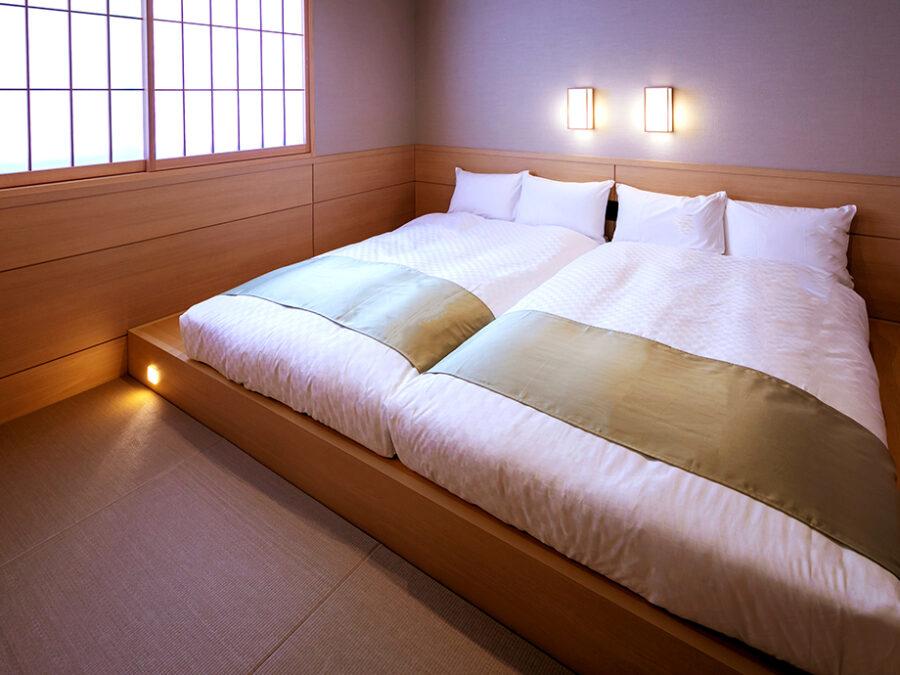 【ハリウッドツイン(東方館)】幅220cmのゆったりとしたベット2台をぴったりと密着させたお部屋です。畳敷きに低層ベッドのお部屋でごゆっくりと旅の疲れを癒していただけます。