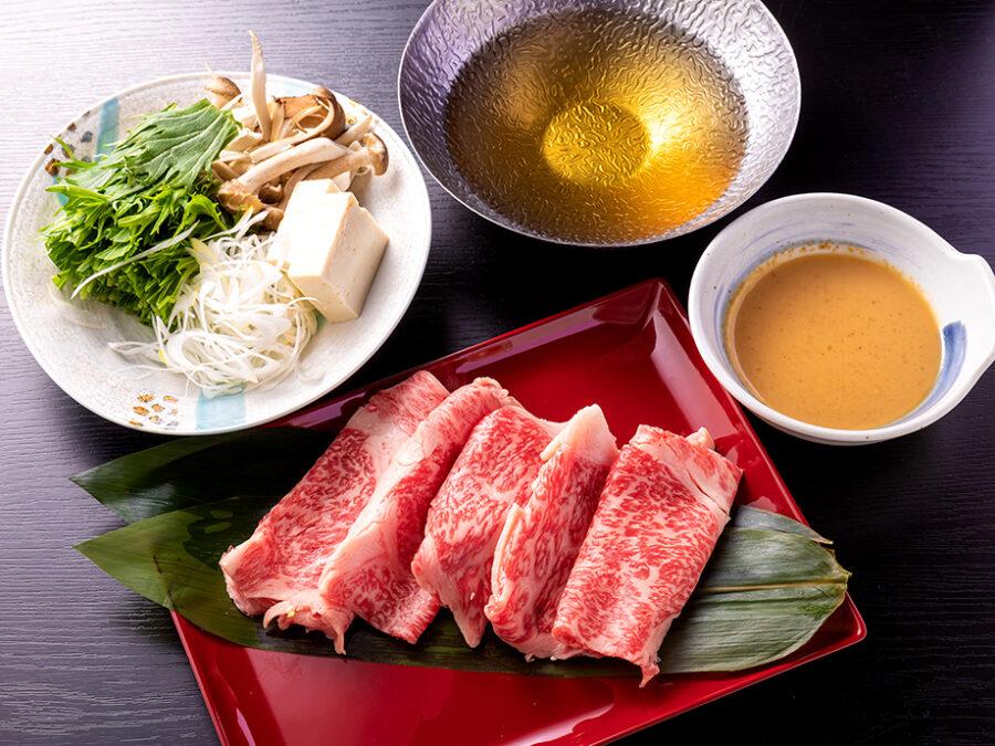 【大和牛しゃぶしゃぶ】鎌倉時代からの銘牛、吟味された良質の飼料を十分に与えられた大和牛(やまとうし)のリブロースしゃぶしゃぶ。
