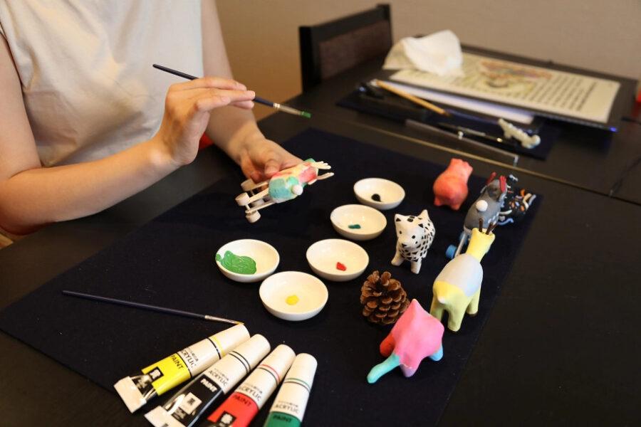 感性で和紙を張ったり、色付けしたり、絵付けをしたり。<br /> 自分だけのオリジナル張子鹿が完成!