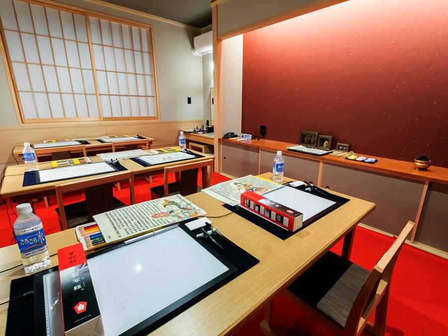 【絵写経体験部屋】絵写経をしている間は、雑念が入りにくい時間。漢字の一文字、一文字を丁寧に書き写していくことで、集中力が向上します。