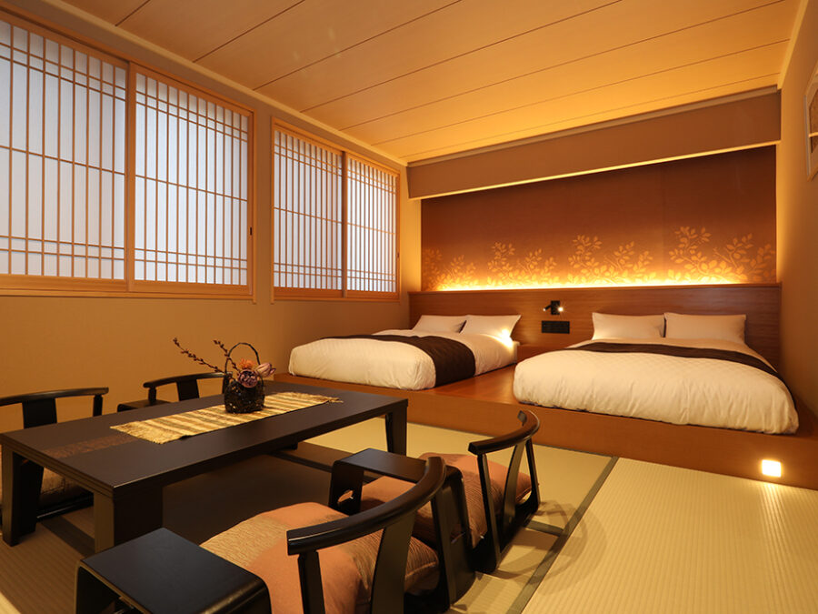 【デラックスルーム(東方館)】 東方館のお部屋。和のくつろぎと洋風の快適さを両立させた和モダンなしつらえ。畳敷きに低層ベッドのお部屋でごゆっくりと旅の疲れを癒していただけます。