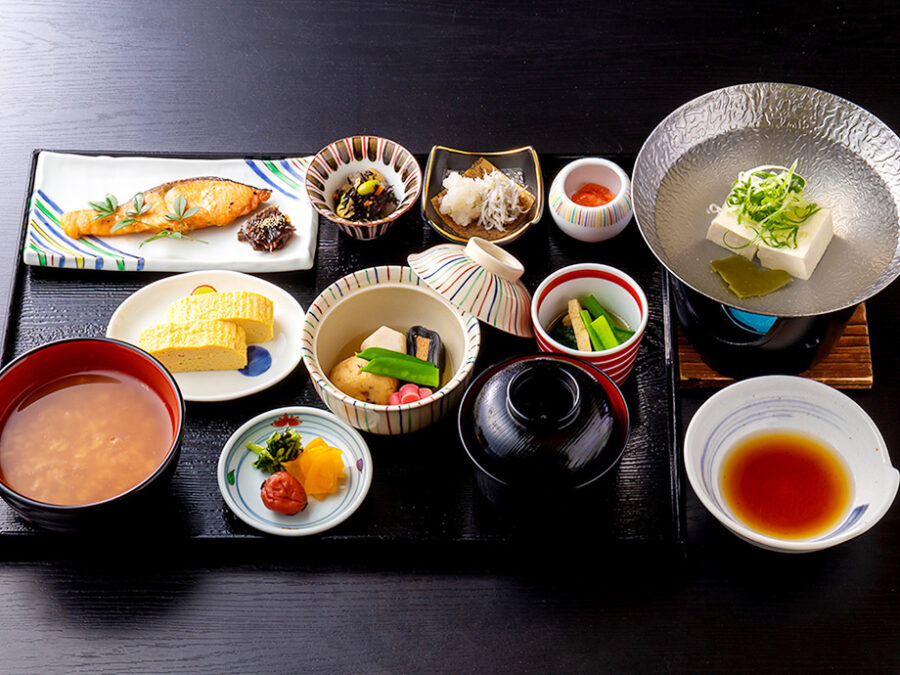 【手作り和朝食】奈良県産ヒノヒカリ、奈良名物の茶粥、大豆にこだわった湯豆腐。※季節により内容が変更となります。