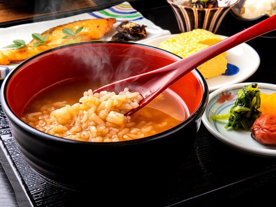 【奈良名物 大和の茶がゆ】焙じ茶で炊き込んだサラッとしたお粥。体調を整えるとされる茶がゆで1日を健康にスタート。