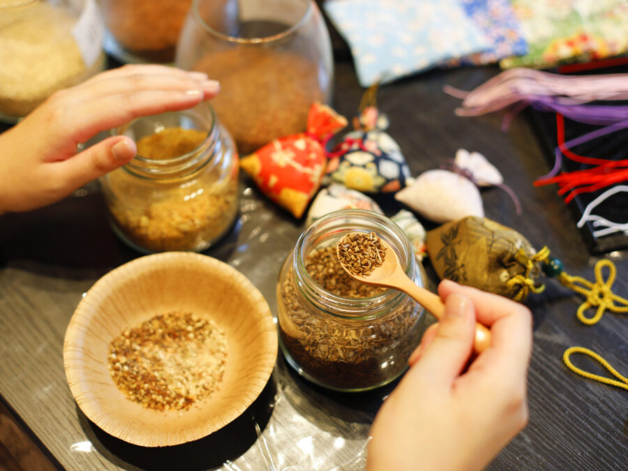 【大和にほひ袋と文香(ふみこう)作り体験】香のもとは、化学的なものは使わず、「香木」という香りの強い木の木片を、少しずつ調合し複雑で奥行きのあるいい香りを作っていきます。