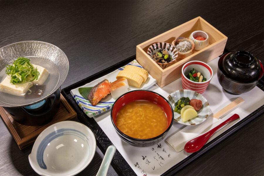 全て手作りの体に優しい和食。奈良名物の茶粥をお楽しみください。<br /> 大和野菜のフレッシュサラダ、焼き魚、大和ヒノヒカリ 茶粥または白米、奈良漬け。