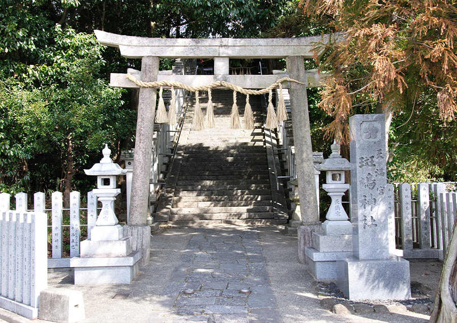 【斑鳩神社の秋祭り(秋)】旧法隆寺村の鎮守社「斑鳩神社」のご神霊が、神輿で法隆寺境内に移動される古来からの儀式です。