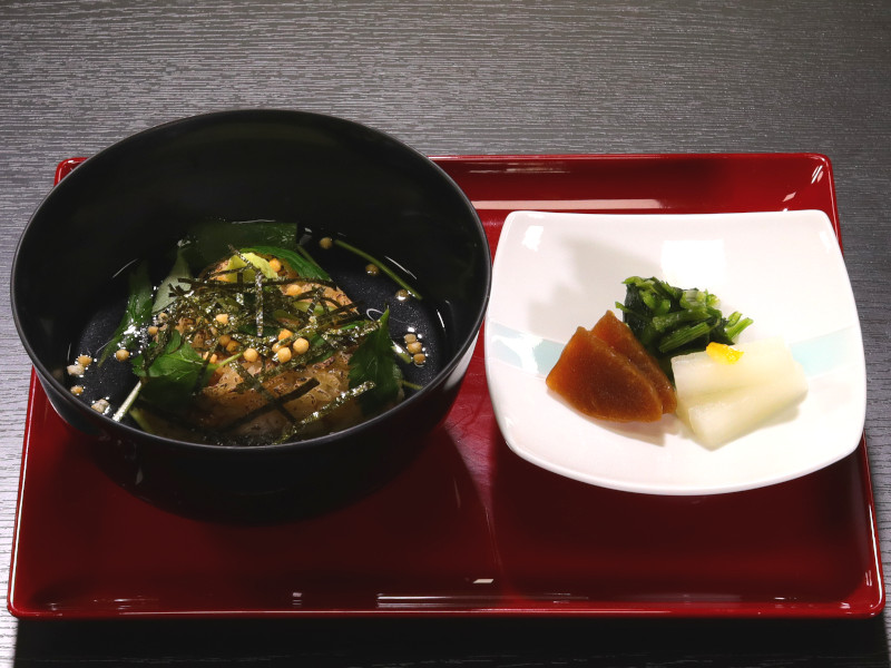 御飯:松茸焼きおにぎりのだし茶づけ(秋のメニュー例)