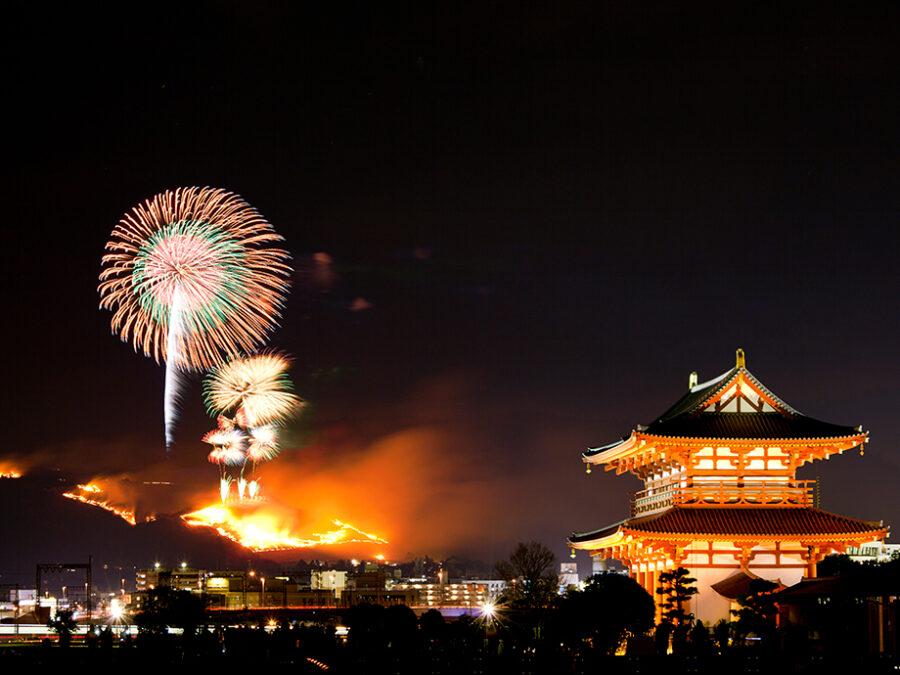 【奈良公園周辺(若草山焼き)】奈良の象「若草山」に一斉に火をつけて燃やす、冬の風物詩。山焼き点火前にあげられる600発の冬の花火も必見です。