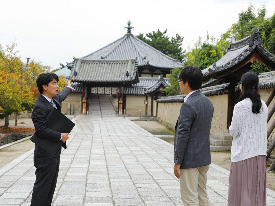 法隆寺の見どころ、歴史を熟知した名物語り部による法隆寺ツアーは、お寺の見方を変えてしまうほど。初めての方でも十分楽しめる内容です。